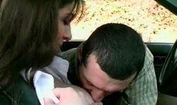 Elle suce en voiture et baise pour une mousse